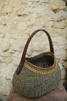 Would love this filled with knitting or crochet project Willow Weaving, Basket Weaving, Hand Weaving, Sisal, Basket Michael Kors, Pine Needle Baskets, Basket Bag, Weaving Patterns, Wicker Baskets