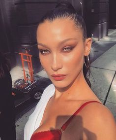 Bella Hadid departed from the original Hollywood glam makeup look with a pop of fiery rose gold shimmer on the center of her lids. The warm hue brought interest to the look and enhanced her blue-green eyes. Glam Makeup Look, Beauty Makeup, Eye Makeup, Hair Makeup, Hair Beauty, Retro Makeup, Asian Makeup, Makeup Brushes, Coral Makeup