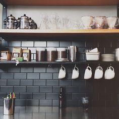 42 Extraordinary Black Backsplash Kitchen Design Ideas That You Should Try Kitchen Remodel Countertops, Subway Tile Kitchen, Black Subway Tiles, Kitchen Remodel, Home Kitchens, Black Tiles Kitchen, Oak Kitchen Remodel, Kitchen Tiles, Kitchen Interior