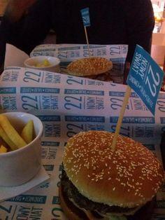 Jeden z 2 najlepszych slowburgerów.....jedzeniu nie ma  końca....