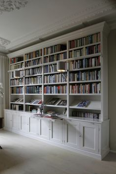 I like the simplicity Of this bookcase. I wish it went completely to the ceiling, and that the cabinet doors were raised panels. I also wish that the supports in between the shelves were thicker than the shelves Home Library Rooms, Home Library Design, Home Libraries, Home Office Design, House Design, Design Desk, Bookshelves In Living Room, Bookshelves Built In, Living Room Storage