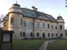 Soosovsko-Géczyovský barokový kaštieľ v Hronseku z roku 1775, postavený v barokovom slohu s nárožnými baštami,s fasádou s rokokovými detailami. V trojuholníkovom tympanone je reliéf erbu Géczyovskej rodiny a manželky Juraja - Estery.Na kaštieli je už vyše 70 rokov pravidelne obývané hniezdo bociana bieleho a v zámockej záhrade je vyše 200 ročná lipa a podobne starý dub.