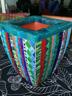 Life Goal: Learn how to do mosaic art. Make giant mosaic containers for my garden Mosaic Planters, Mosaic Vase, Mosaic Flower Pots, Mosaic Tiles, Garden Mosaics, Pebble Mosaic, Tiling, Mosaic Crafts, Mosaic Projects
