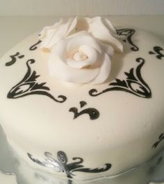 Black and White weddingcake