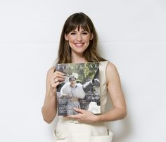 Jennifer gardner pose avec le magazine FIRSTLUXE SIGNATURE