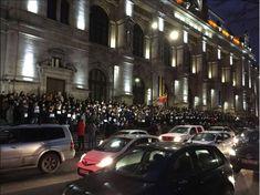 Trebuie să păstrați asta...Magistrații din București au aprins lanternele de la telefoane, pe treptele Palatului de Justiție.Poate văd mesajul ăsta Tăriceanu, Dragnea, Toader, Iordache și restul avocaților infractorilor din Parlament    M Our Country, Lantern