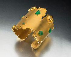 "Ornella Ianuzzi - Cuff "" L'exceptionnelle Emeraude "" with emerald crystals   Image by Simon B. Armitt"