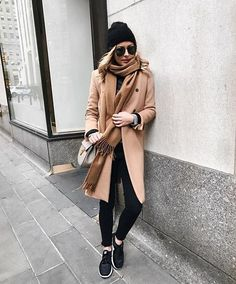 Minimalist camel and black fall/winter outfit with sneakers