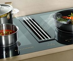 The Miele TwoinOne induction hob has an integrated extractor with a central grill. The extractor can be ducted for either recirculation or vented and is designed to remove cooking vapours right where they are produced. Kitchen Vent Fan, Kitchen Extractor Fan, Kitchen Hob, Kitchen Cooker, Extractor Hood, Extractor Fans, New Kitchen, Kitchen Appliances, Home Decor Kitchen