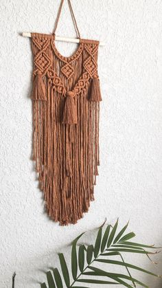 Best Free of Charge Macrame Wall Hanging yellow Popular Macrame has returned however you like! In case your model can be perhaps somewhat boho, a macrame wa Macrame Wall Hanging Patterns, Macrame Art, Macrame Design, Macrame Projects, Macrame Patterns, Woven Wall Hanging, Quilt Patterns, Color Cobre, Fiber Art