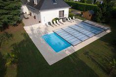 Fotografía aérea de una cubierta plana motorizada. Un diseño excepcional que alía estética y confort y que permite cubrir la piscina en menos de 2 minutos desde el confort del mando a distancia