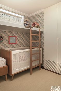 A família cresceu e, com a chegada de um novo bebê, foi preciso juntar as duas irmãs mais velhas no mesmo dormitório - uma de 7 e outra de 2 anos. O projeto foi aprovado por ambas, que adoraram a ideia e têm seus espaços respeitados.