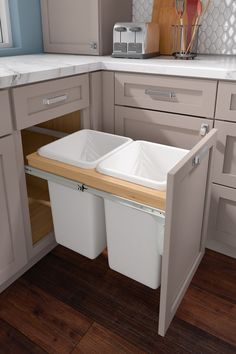 Vintage Kitchen Cardell Kitchen Cabinet Accessories - Base Top Mount Wastebasket double - Double your capacity with side mount bins Includes 27 qt or 35 qt white bins Easy bin removal for emptying and cleaning Bins rest in natural maple plywood frame Kitchen Room Design, Kitchen Cabinet Design, Modern Kitchen Design, Home Decor Kitchen, Interior Design Kitchen, Home Kitchens, Kitchen Ideas, Hanging Kitchen Cabinets, Kitchen Layout Plans
