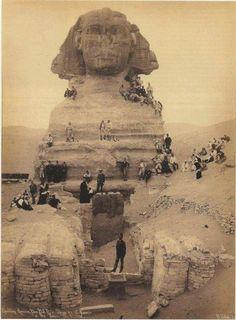 Una foto scattata durante i lavoro di scavo per riportare interamente alla luce la Sfinge. Epoca metà dell'Ottocento circa