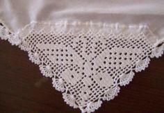 """Cantoneira em crochê """"borboleta"""" Crochet Dollies, Crochet Baby, Crochet Designs, Crochet Patterns, Crochet Books, Cross Stitch Flowers, Filet Crochet, Butterfly, Lace"""