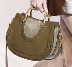 See detail photos for Chloé Fall 2017 Ready-to-Wear collection. Buy Women fashion wallets and Latest Hand Bags USA at fashion Cornerstone. Hermes Handbags, Luxury Handbags, Cute Purses, Purses And Bags, Fashion Bags, Fashion Accessories, Paris Fashion, Modest Summer Fashion, Fall Winter 2017