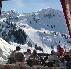 Bouc Blanc ,  La Tania , Francia. A conduzione familiare, è molto apprezzato per lo stinco di agnello, i piatti del giorno, la cantina e la terrazza
