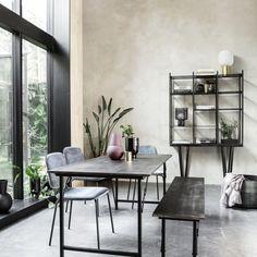 Spisebord i sort mangotræ House Doctor, Grey Furniture, Home Furniture, Furniture Design, Design Tisch, Table Design, Table Cafe, Dining Table, Denmark House