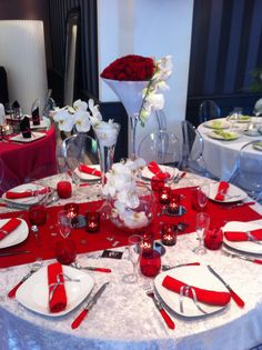 ONE DAY EVENT,  tables rouges et blanches, roses et orchidées