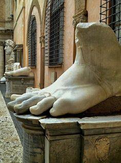 pie de la estatua del emperador constantino, museo capitolino. Roma Italia.