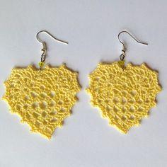 Orecchini pendenti con cuori granny giallo chiaro e perline, fatti a mano all'uncinetto, by La piccola bottega della Creatività, 7,50 € su misshobby.com