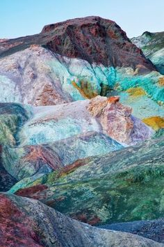 Plan your visit to Death Valley with this ultimate guide! Travel tips for Death Valley National Park - best places to see and where you should stop. This is Artist's Palette, other points of interest include Furnace Creek, Mequite Sand Dunes and the Devils Golfcourse.