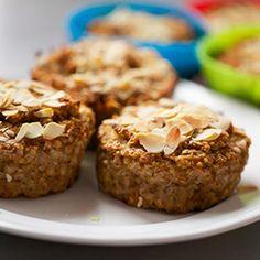 Ugotuj kaszę według przepisu na opakowaniu. W międzyczasie zetrzyj jabłko na tarce na mus, zetrzyj marchew i zgnieć banany. Połącz wszystko z kaszą i pozostałymi składnikami.Przełóż ciasto do form muffinkowych. Piecz ok. 25-30 mi Aga, Vegan Vegetarian, Banana Bread, Food And Drink, Baking, Breakfast, Desserts, Cupcake, Diet