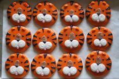 Tiger Cookies made for a preschool class Cute Cookies, Oreo Cookies, Tiger Cookies, Tiger Cupcakes, Basketball Cookies, Football Cookies, Fruit Lollies, Tiger Cake, Chocolate Dipped Oreos