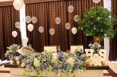 パープルやブルーのお花を基調としたナチュラルな装花がかわいいおふたりの高砂。この装花に、ご新婦さまがもっともこだわったという装飾が施されています♡マーキーライトやキャンドルなどの小物でかわいさを、そしてグリーンのツリーでナチュラル感を、背景のバルーンでポップなイメージを!