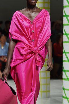 Marni Spring 2020 Ready-to-Wear Fashion Show - Vogue Minimalist Fashion Women, Minimalist Dresses, Minimalist Style, Spring Fashion, Fashion Show, Women's Fashion, Milan Fashion, Luxury Fashion, Fashion Trends