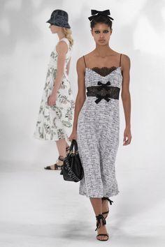 Giambattista Valli Spring 2021 Ready-to-Wear Collection - Vogue Best Of Fashion Week, Fashion Week Paris, Fashion Hub, Fashion News, Fashion Beauty, Fashion Looks, Fashion Trends, Vogue India, Vogue Paris