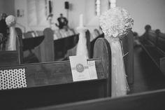 Kirchenheft mit integrierten Freudentränen in grau / silber mit Bordeauxrot und PomPom. Foto: http://weddings.lauramoellemann.de