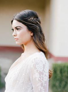 Photography: http://josevillaphoto.com | Styling + design: http://www.joyproctor.com | Hair + makeup: http://www.janetvilla.com | Read More: https://www.stylemepretty.com/2016/07/19/stylish-california-elopement-inspiration/