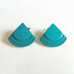 Hey, j'ai trouvé ce super article sur Etsy, chez https://www.etsy.com/fr/listing/498446499/boucles-doreilles-vintages-triangle