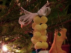 Edible Christmas ornaments. Just string some colorful cornflakes balls. That's so easy!