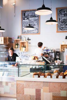 La parte inferior de la baldosa cerámica también cuenta como decoración. Café Pavé | Milan.