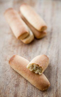 Ricordate i biscottoni da colazione dell'altro giorno? Sapete che a Matera si fanno con la semola di grano duro? Eccovi la ricetta, casomai volete provarci. Anche per questi, la solita raccomandazione pero': attenzione! Danno dipendenza!