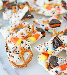 Candy Bark Easy Halloween Candy Bark Recipe - Such a perfect sweet & salty treat!Easy Halloween Candy Bark Recipe - Such a perfect sweet & salty treat! Chocolat Halloween, Bonbon Halloween, Dessert Halloween, Theme Halloween, Halloween Goodies, Halloween Candy, Diy Halloween, Halloween Bark Candy Recipe, Halloween Stuff