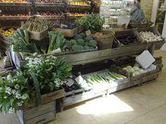The Drill Hall Emporium: Daylesford Organic Farm Shop – in the Cotswolds - Modern Farmers Market Display, Market Displays, Store Displays, Fruit And Veg Shop, Produce Displays, Fruit Displays, Boutique Bio, Design Garage, Organic Market
