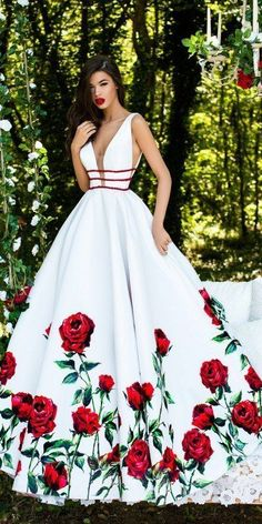 Tiefer Ballkleid mit Rosenmuster – – Aktuel… Deep Ball Gown with Rose Pattern – – Current pictures Elegant Dresses, Pretty Dresses, Formal Dresses, Floral Prom Dress Long, Fancy Prom Dresses, Ivory Prom Dresses, Stunning Prom Dresses, Floral Gown, Formal Wear