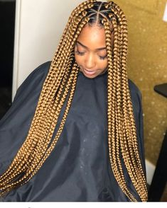 All styles of box braids to sublimate her hair afro On long box braids, everything is allowed! For fans of all kinds of buns, Afro braids in XXL bun bun work as well as the low glamorous bun Zoe Kravitz. Short Box Braids, Blonde Box Braids, Jumbo Box Braids, Black Girl Braids, Braids For Black Women, Braids For Black Hair, Girls Braids, Box Braids Hairstyles, Try On Hairstyles