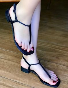 I love women's feet! Cute Toes, Pretty Toes, Sexy Sandals, Bare Foot Sandals, Pies Sexy, Beautiful Toes, Sexy Legs And Heels, Foot Toe, Sexy Toes