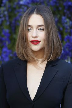 Emilia Clarke – Cheveux et Maquillage Medium Length Hair Straight, Medium Hair Cuts, Short Hair Cuts, Medium Hair Styles, Short Hair Styles, Haircut Medium, Straight Hair Bob, Plait Styles, Trending Hairstyles
