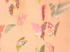 Suspension Mobile papillons multicolores en papier aux couleurs tendres
