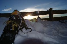 Was brauche ich für einen schönen Sonnenuntergang: #Schneeschuhe #Jause #Glühwein #Sonne #Berge #Dienten #Hochkönig Snow, Outdoor, Snow Boots, Sunset, Mountains, Outdoors, Outdoor Games, Human Eye