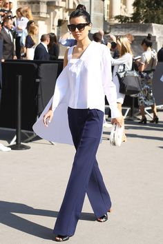 Анна Ивченко в рубашке Viktor & Rolf и брюках Céline на показе Chanel Сouture в Париже