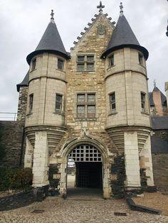 Visite du château d'Angers, le château des ducs d'Anjou. Du palais comtal à la forteresse royale, découvrez son histoire !