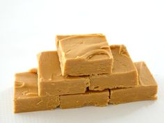 I know it& a big call, but I& confident this is the best Thermomix Caramel Fudge recipe you will ever make - I promise! It has the perfect fudge texture, tastes amazing and you only need a few ingredients to put it together - what more could you ask for? Easy Caramel Fudge Recipe, Fudge Recipes, Easy Fudge, Easy Caramel Slice, Candy Recipes, Baking Recipes, Carmel Fudge, Caramel Treats, Bellini Recipe