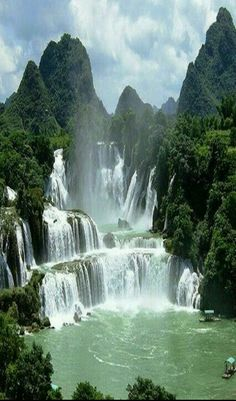 Wasserfall Vietnam DetianBan Gioc Falls Cao Bang Vietnam These falls are actually two waterfalls that straddle the ChinaVietnam border There is some symbolism perhaps in. Beautiful Waterfalls, Beautiful Landscapes, Famous Waterfalls, Places To Travel, Places To See, Travel Destinations, Vacation Travel, Family Travel, Places Around The World