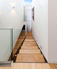 Einfamilienhaus in Wien - Hietzing:  180 m²   Holzbau   Passivhaus  ⓒ Planung: Melis + Melis   Architekturbüro. Mehr Informationen finden Sie auf unsere website melisplusmelis.com Stairs, Home Decor, Window Design, Skylight, Villas, Stairway, Decoration Home, Room Decor, Staircases